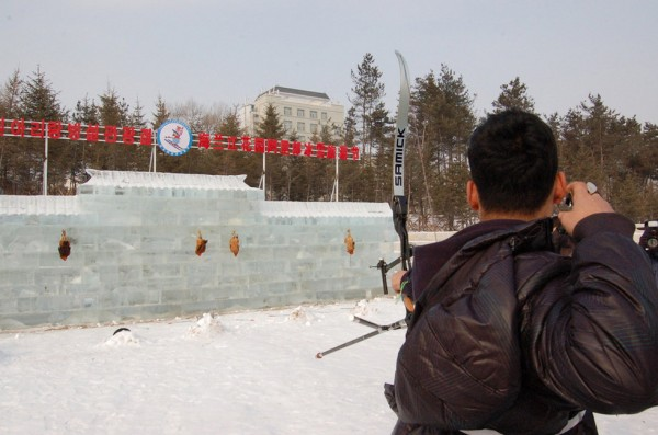 tourists-shoot-roosters-with-arrows-on-jilin-ice-festival-02-600x397